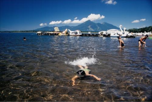「初泳ぎ」第4回猪苗代湖・裏磐梯湖沼フォトコンテスト入賞作品